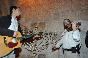 singing at kotel hakatan